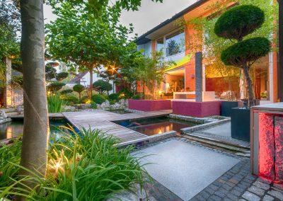 Privater Garten am Abend