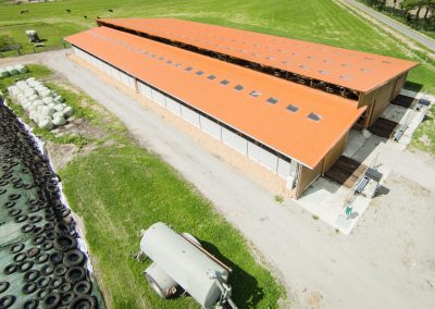 Luftbildaufnahme eines modernen Rindviehstalles